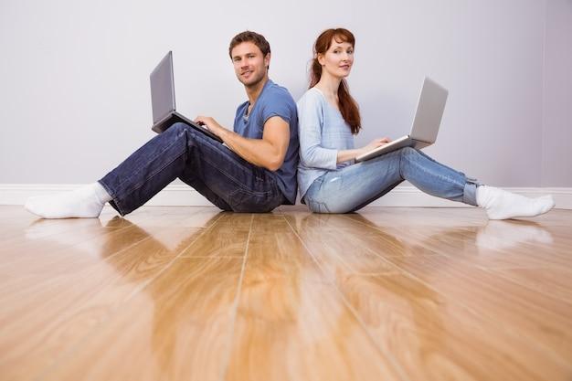 Junte ambos usando laptops separadamente