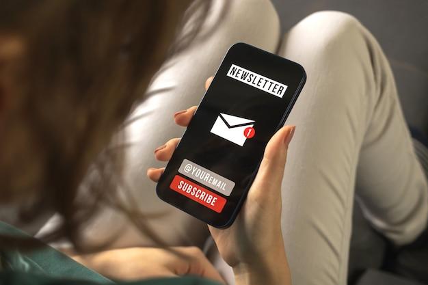 Junte-se ou registre-se em nossa newsletter para atualizar as informações. inscreva-se e registre-se como membro. mulher segurando um celular enquanto está sentada no sofá dentro de casa