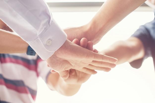 Juntos colaborar de mãos em equipe no escritório da sala de reunião