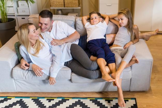 Juntos, família, sentado num sofá