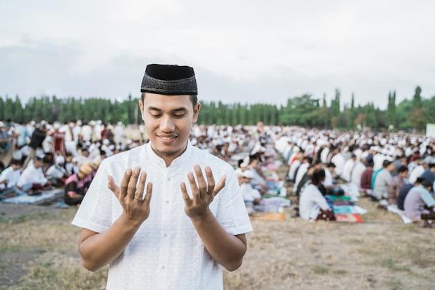 Juventude asiática vestindo roupas de oração tradicionais