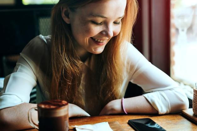 Juventude café mulher usando o conceito de telefone inteligente