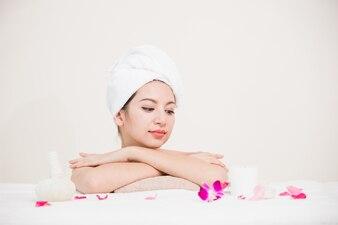 Juventude de mulher linda spa de retrato e conceito de cuidados da pele