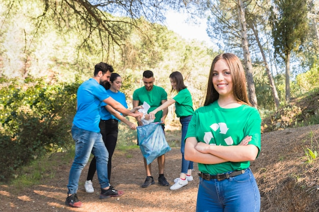 Juventude, dobrando o lixo na floresta