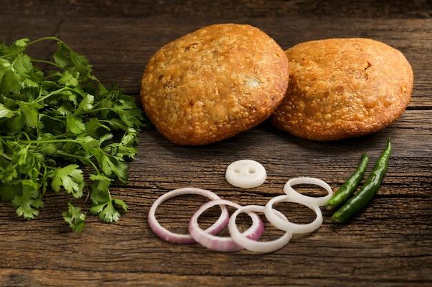 Kachori é um lanche picante da índia também escrito como kachauri e kachodi. servido com ketchup de tomate. lanches favoritos na hora do chá