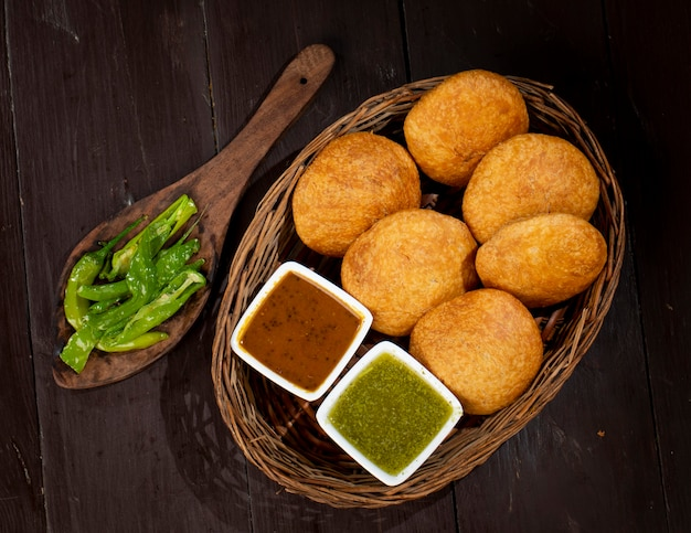 Kachori tradicional indiana também conhecida como kachauri ou kachodi, kachori recheado com batata condensada