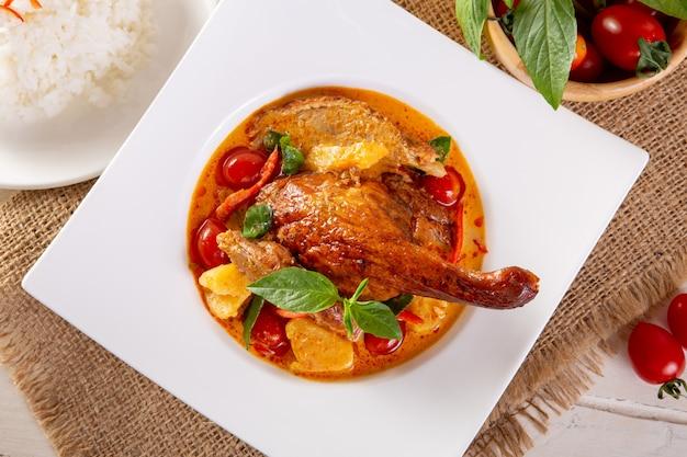 Kaeng pled ped yang (pato assado no curry vermelho)