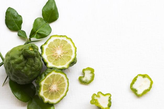 Kaffir lima arranjo de vegetais plano plano estilo cartão-postal