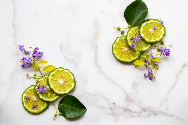 Kaffir limão, ervas, vegetais, arranjo, plano, leigo, estilo, cartão postal