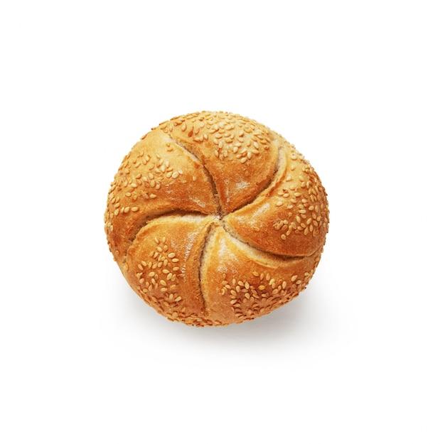 Kaiser roll fresco cozido pão isolado no fundo branco