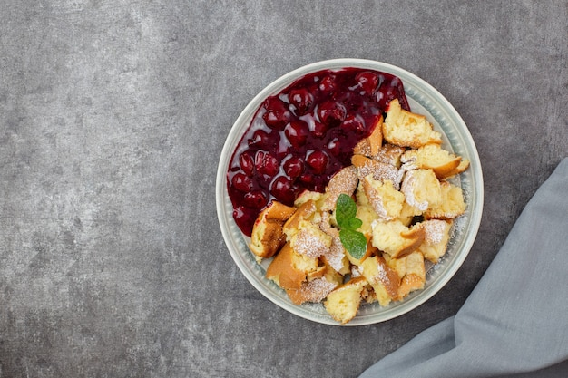 Kaiserschmarren ou kaiserschmarrn é uma sobremesa tradicional austríaca ou alemã de panqueca doce com açúcar de confeiteiro e frutas vermelhas, molho de cereja ou geleia de grutze rote