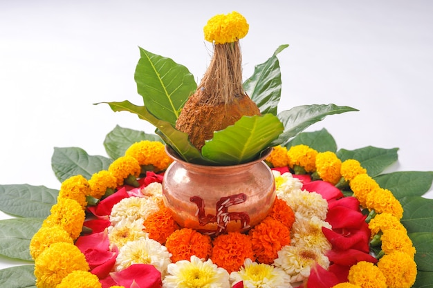 Kalash de cobre com coco, folha e decoração floral em branco