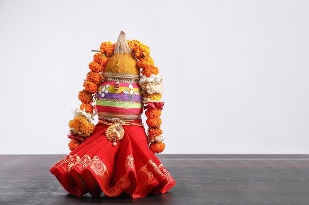 Kalash decorativo com coco com decoração floral