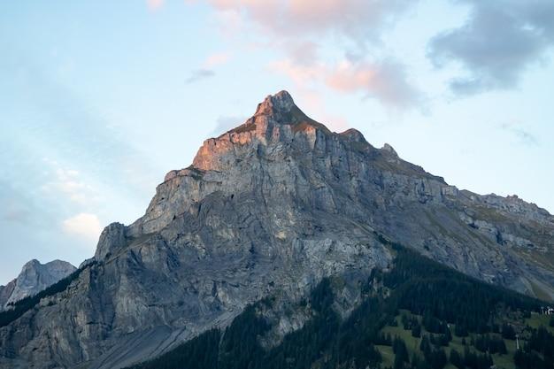 Kandersteg suíça - 05.09.2020 vista do pico de bire ao pôr do sol no verão Foto Premium