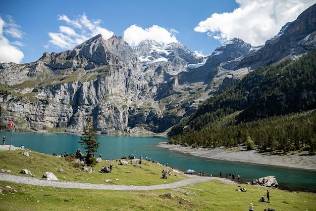 Kandersteg suíça - vista de rothorn, bluemlisalphorn, oeschinenhorn, fruendenhorn e oeschinensee
