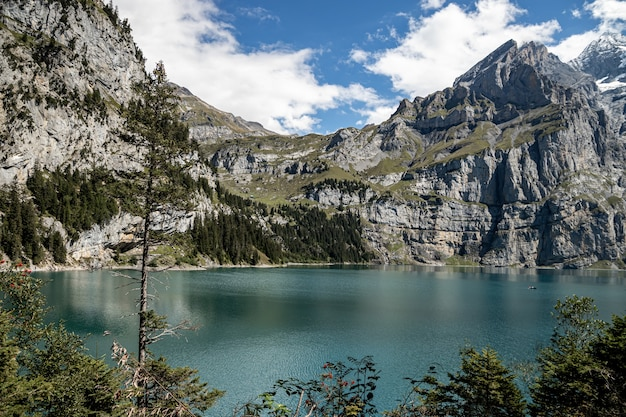 Kandersteg suíça - vista de rothorn e bluemlisalphorn e oeschinensee