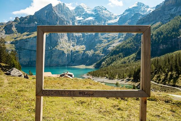 Kandersteg suíça - vista única emoldurada de oeschinensee com vista de rothorn, bluemlisalphorn, oeschinenhorn, fruendenhorn