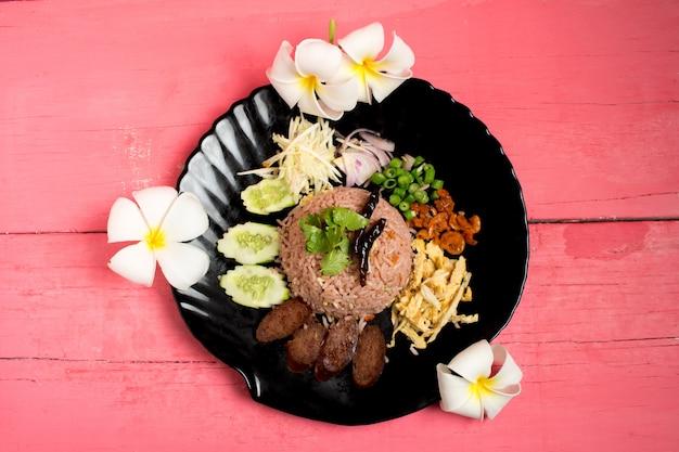 Kao klook ga-pi (arroz misturado com pasta de camarão) em madeira rosa