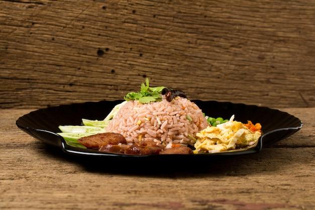 Kao klook ga-pi (arroz misturado com pasta de camarão) na madeira velha