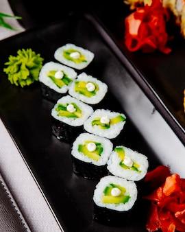 Kappa maki pepino gengibre molho de soja arroz vista lateral