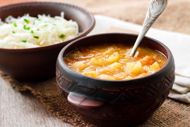 Kapustnyak, sopa tradicional de inverno ucraniana com chucrute e milho, prato obrigatório na mesa da véspera de natal