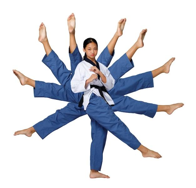 Karatê taekwondo a menina adolescente gira em torno de sua perna flexível e ativa a ação de muitas pernas. atleta jovem asiática mulher usa uniforme esporte tradicional sobre fundo branco comprimento total isolado