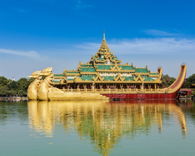 Karaweik - réplica da barcaça real birmanesa, yangon