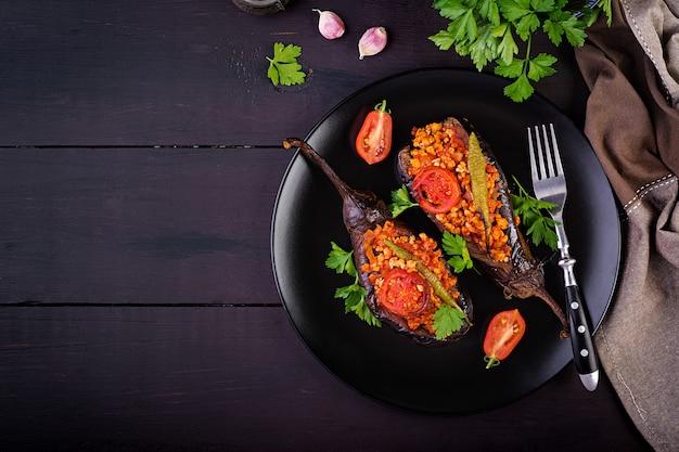 Karniyarik - refeição turca tradicional da beringela da beringela. berinjela recheada com carne moída e legumes assados com molho de tomate