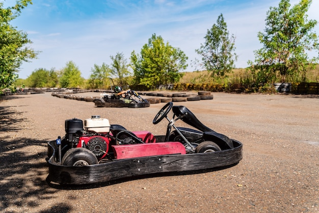 Kart de corrida esportiva sem piloto em close-up em um estacionamento de um anel viário