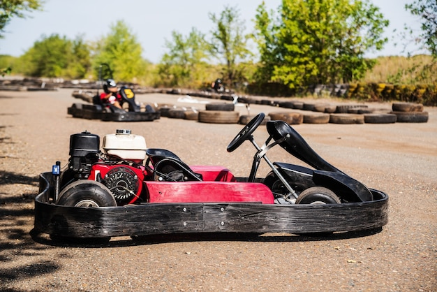 Kart esportivo vermelho sem piloto em close-up em um estacionamento de um anel viário