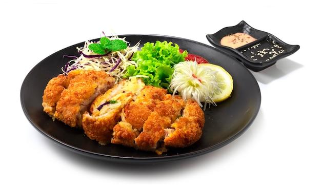 Katsu recheado com uma mistura de vegetais e queijo dentro de comida coreano-japonesa frita de katsu