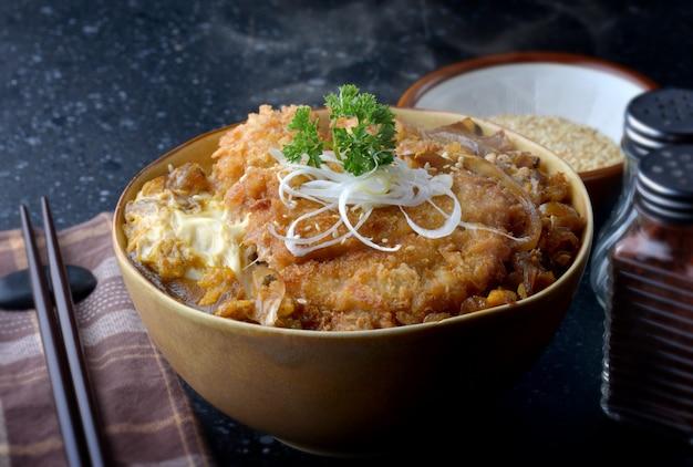 Katsudon ou estilo japonês assado de porco frito.