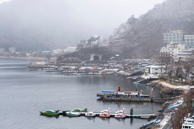 Kawaguchiko lago na temporada de neve, japão