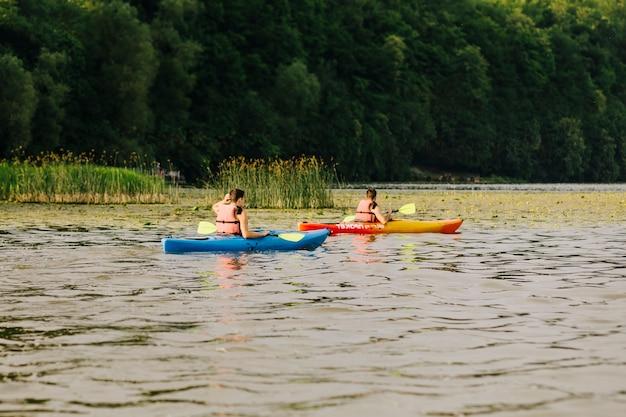 Kayaker caiaque no belo lago