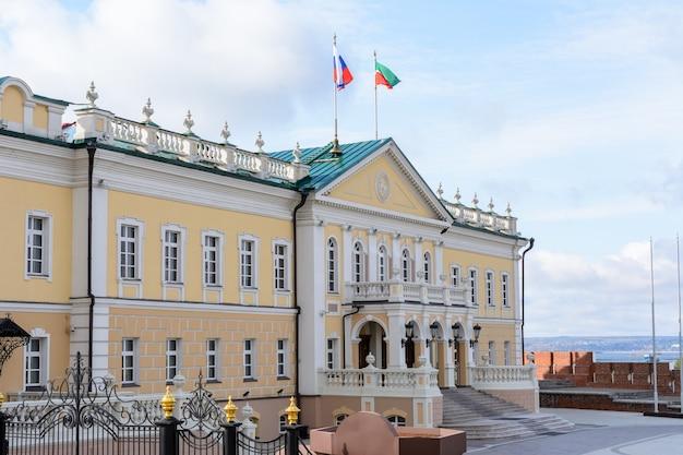 Kazan kremlin. edifício representativo da administração presidencial da república do tartaristão. kazan. rússia. north building cannon kazan yard em dia nublado.