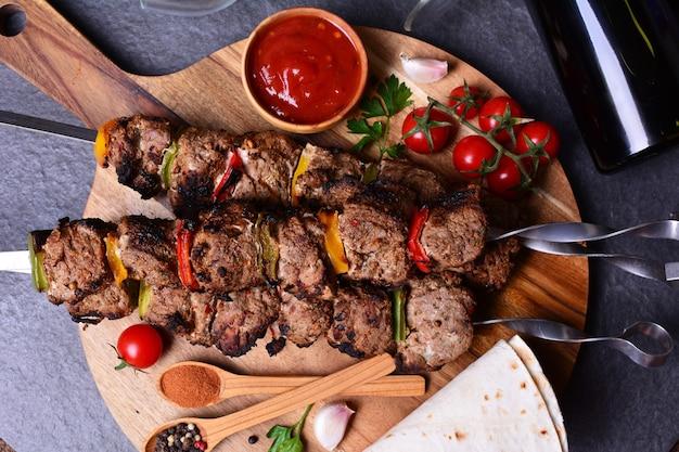 Kebab com especiarias de vinho e vegetais