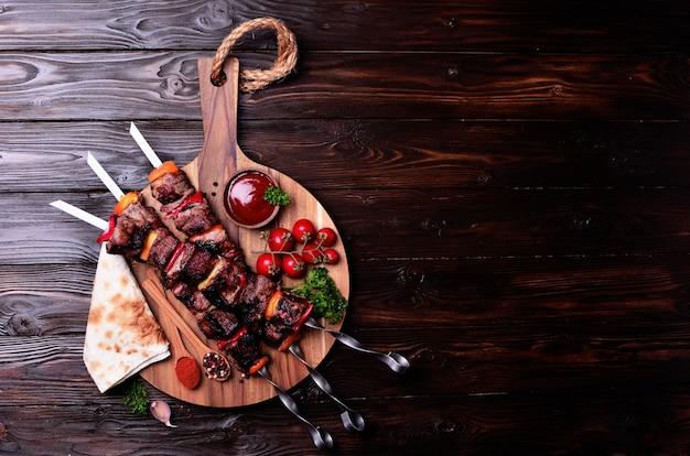 Kebab com especiarias e vegetais