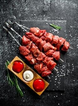 Kebab cru com diferentes molhos e alecrim