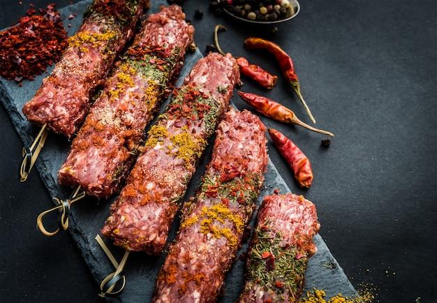 Kebab cru com especiarias