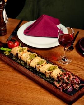 Kebab de beyti turco com envoltórios de poró incrustados de gergelim