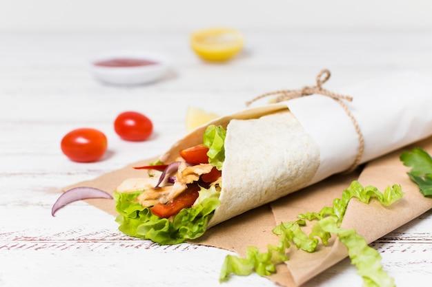 Kebab de carne cozida e vegetais embrulhados