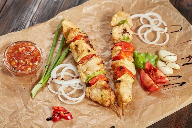 Kebab de carne de frango com molhos e legumes