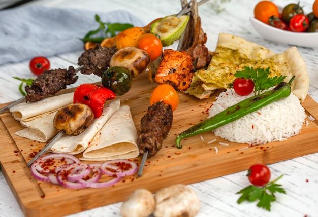 Kebab de carne em um enviesado com legumes