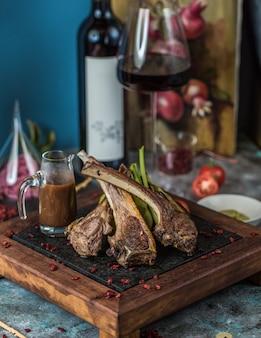 Kebab de cordeiro com molho teriyaki e vinho.