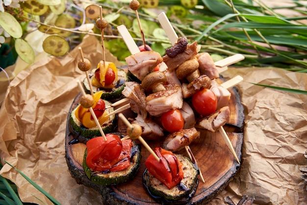 Kebab de frango com pimentão na frigideira, close-up