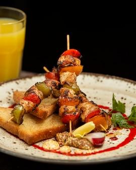 Kebab de frango em cima da mesa