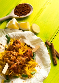 Kebab de frango em lavash perto de especiarias