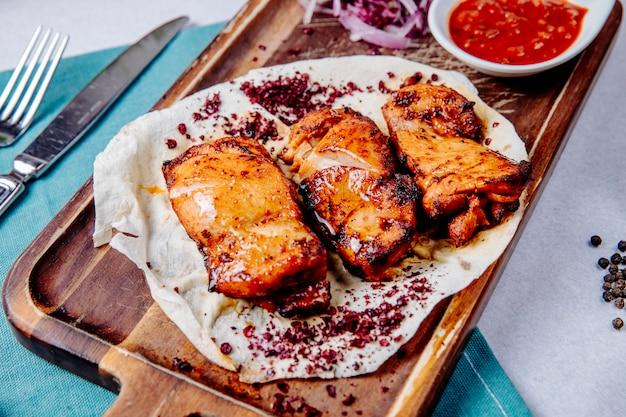 Kebab de frango em uma placa de madeira