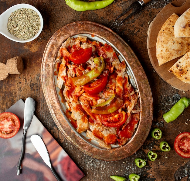 Kebab de iskender na vista superior da tabela