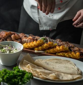 Kebab de lula tradicional do azerbaijão em cima da mesa